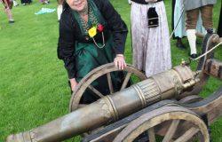 Eine Trachtenfrau mit Kanone