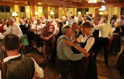 Tanzende Paare beim Frühjahrstanzl des VTK Bruck